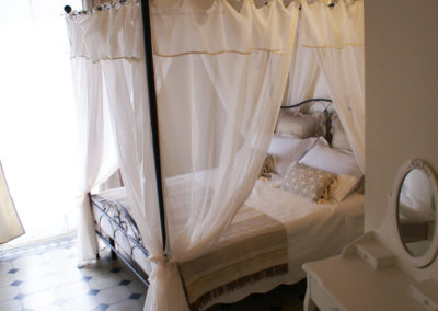 stanza con letto a baldacchino in b&b a pisa